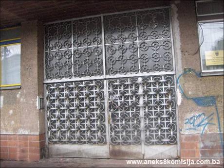 vanjska zeljezna ograda sa ulaznim vratima